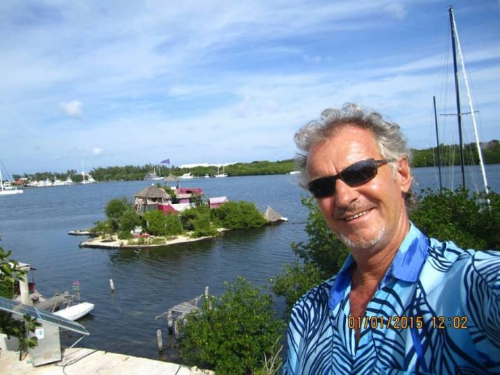 Richart Sowa ispred svog otoka