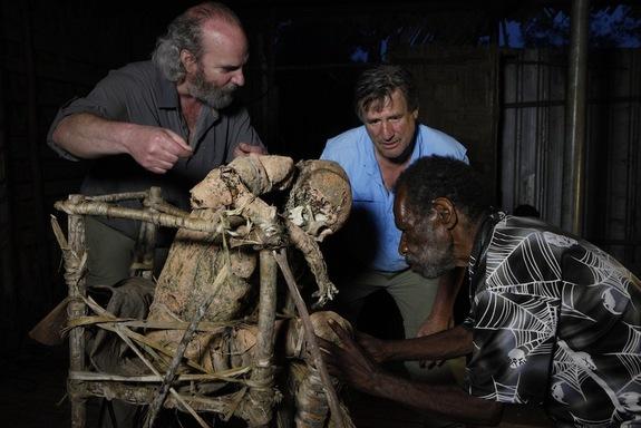 znanstvenici s mumijom